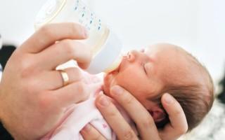 Как проявляется аллергия у грудного ребенка на питательную смесь: что предпринять и чем заменить