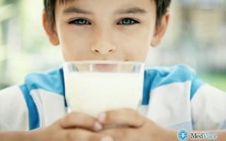 Симптомы и признаки аллергии на молоко: диагностика заболевания и лечение ребенка