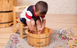 Как правильно парить ноги ребенку — показания и противопоказания
