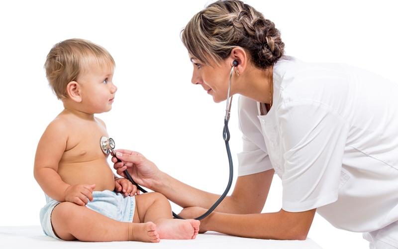 врач слушает маленького ребенка стетоскопом