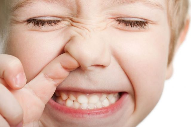 ребенок держится за нос