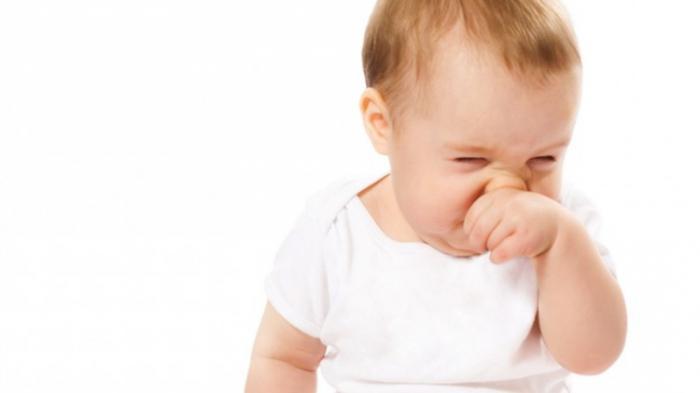 ребенок чешет нос
