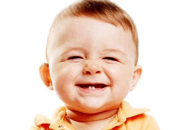 ребенок с первыми молочными зубами