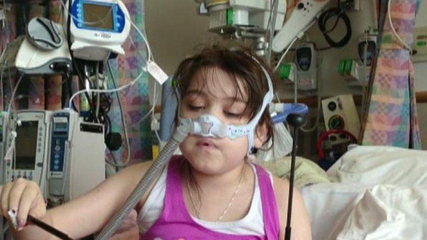 девочка в больнице дышит через маску