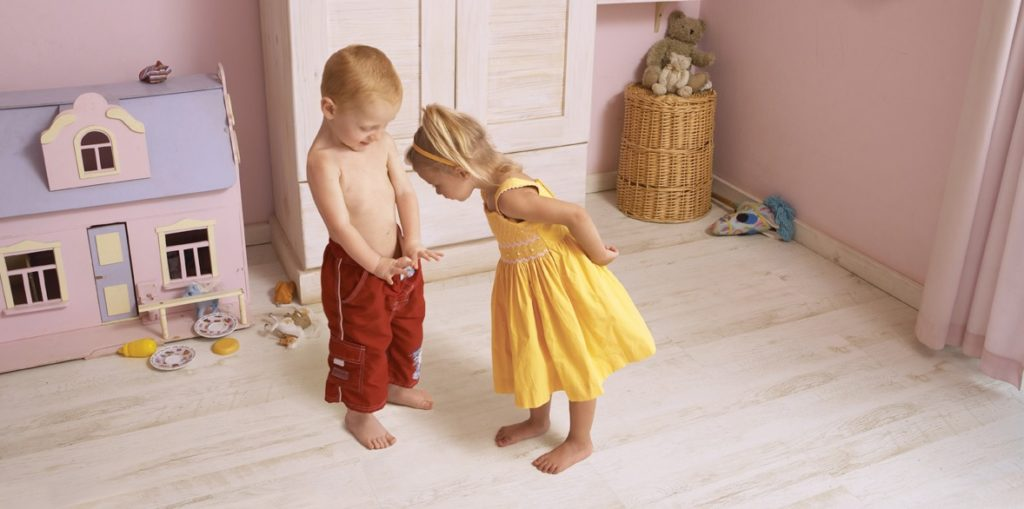 девочка заглядывает мальчику в штаны