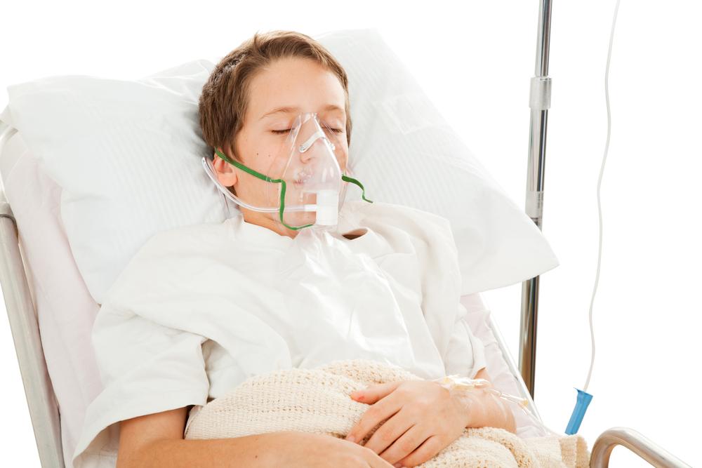 мальчик в больнице с дыхательной маской