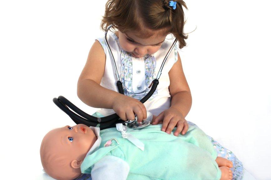 девочка слушает куклу