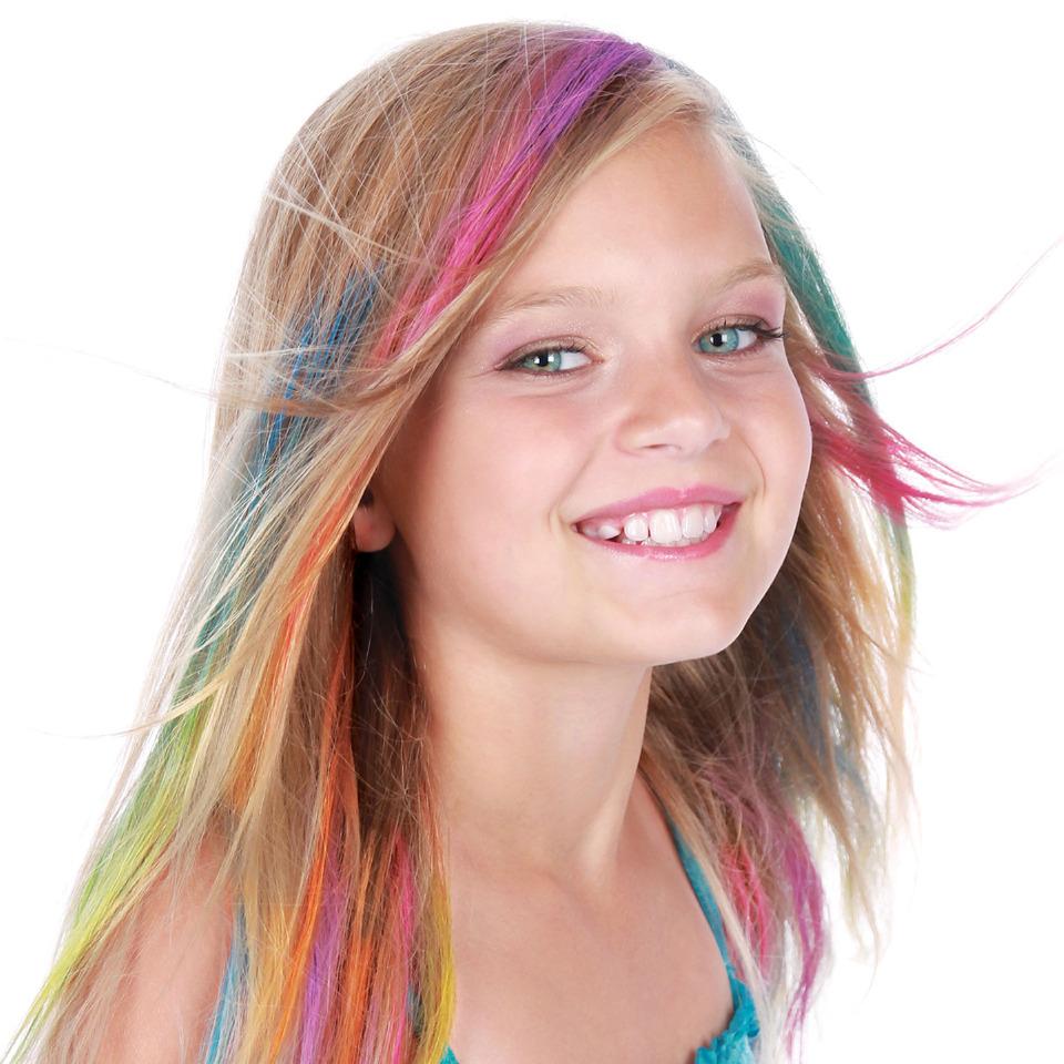 девочка с разноцветными волосами