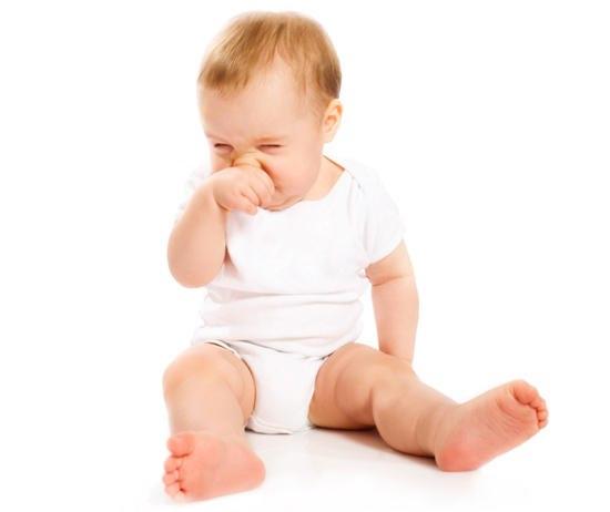 маленький ребенок чешет нос