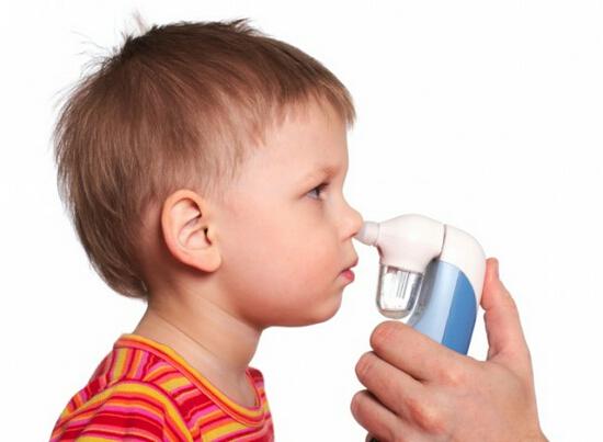 мальчику промывают нос
