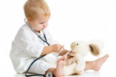 ребенок слушает игрушку