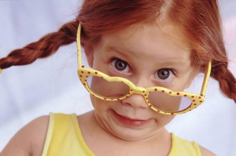девочка в желтых очках