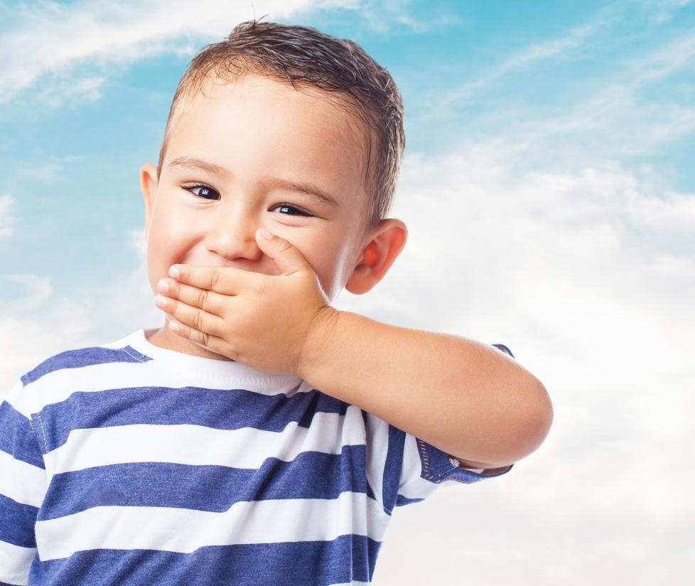 ребенок закрыл ладошкой рот