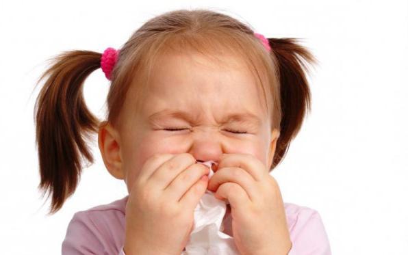 девочка закрывает рот салфеткой
