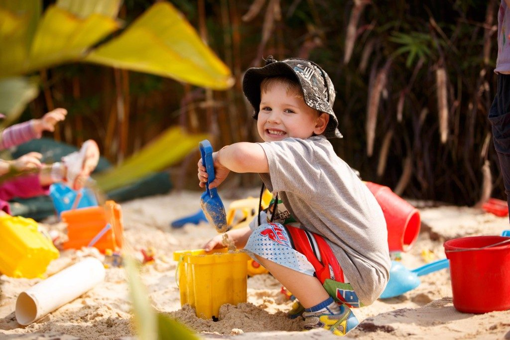 мальчик в песочнице