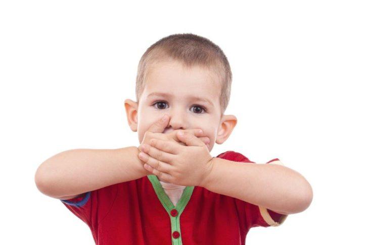 мальчик закрыл руками рот