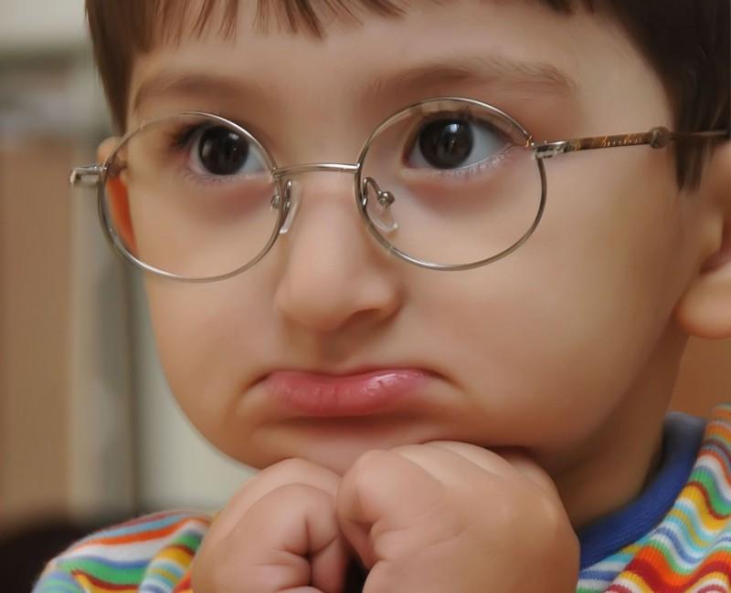 мальчик в круглых очках