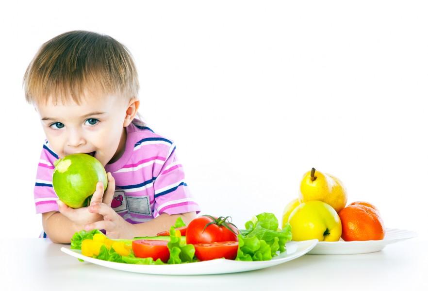 мальчик ест яблоко