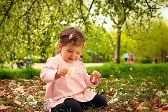 девочка сидит на листьях
