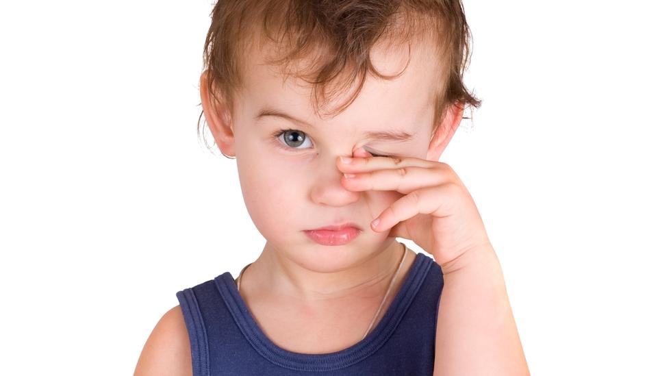 мальчик трет глаз