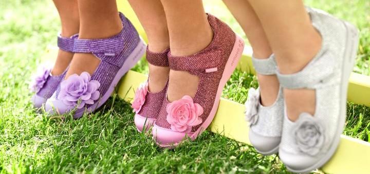дети в сандалиях с цветочками
