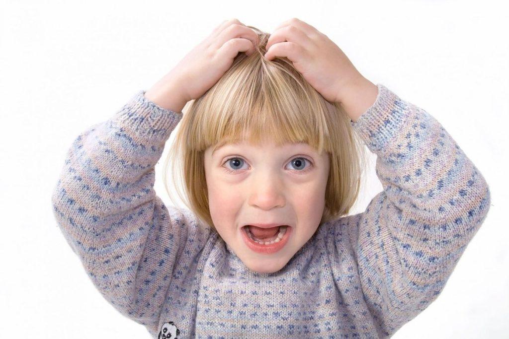 ребенок чешет себе голову