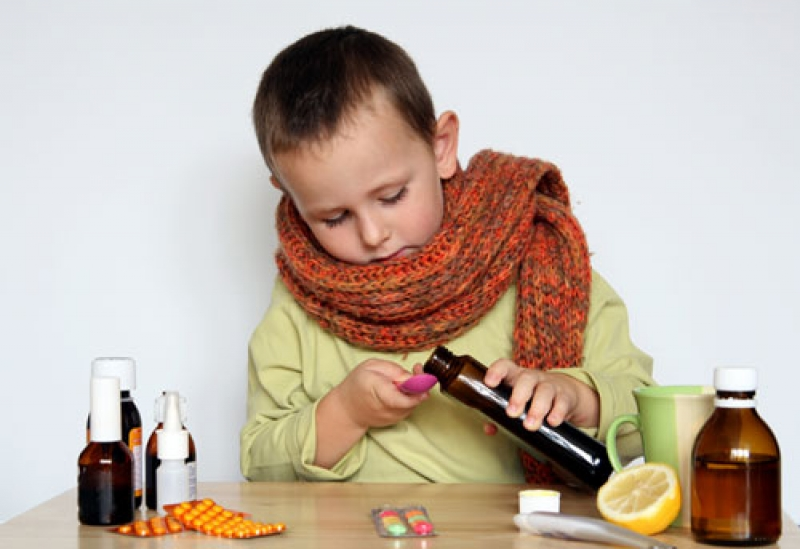 мальчик набирает лекарство в ложку