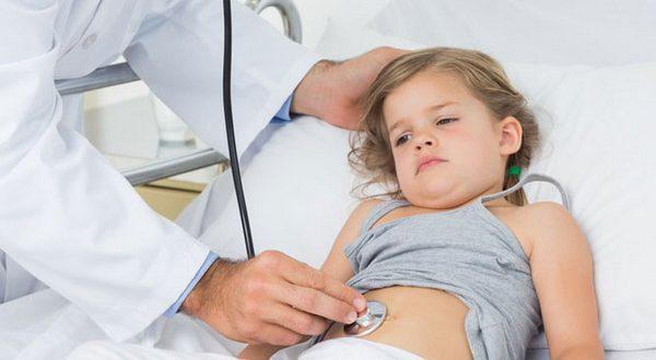врач слушает живот ребенка