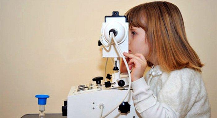 девочка смотрит в глазной аппарат