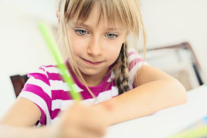девочка пишет зеленой ручкой