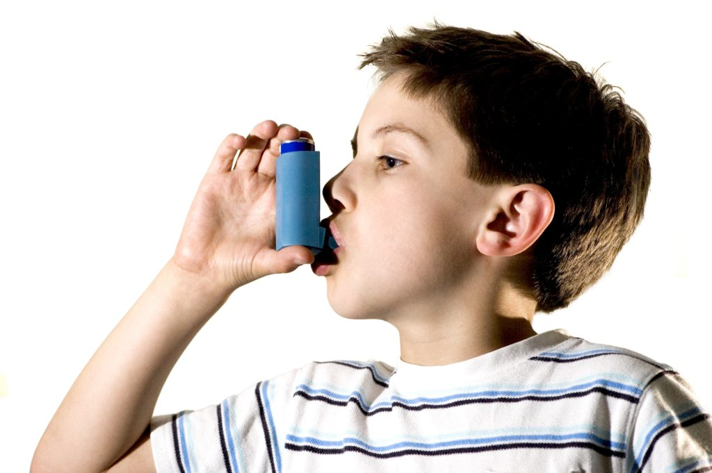 мальчик вдыхает небулайзер