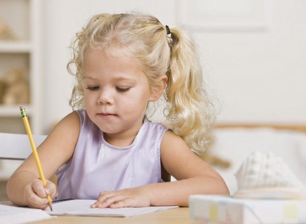 девочка пишет карандашом