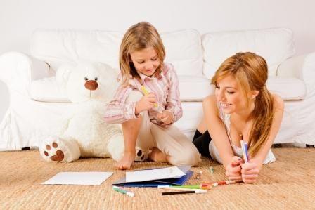 мама с дочкой рисуют