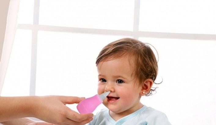 ребенку промывают нос