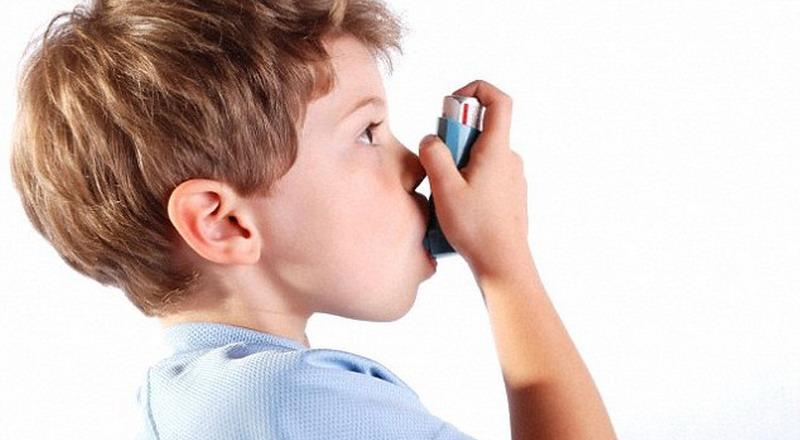 мальчик вдыхает лекарство через небулайзер