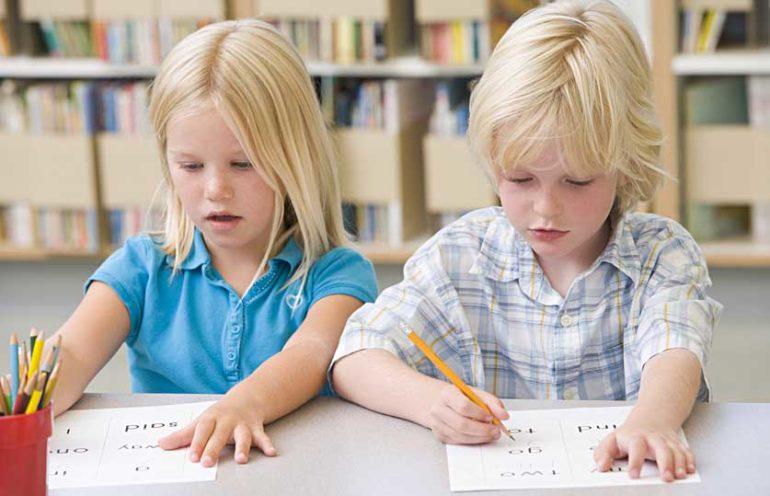 дети пишут на листочках