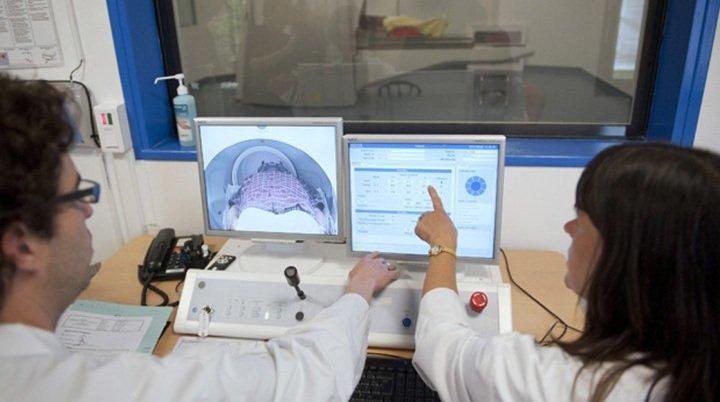 врачи обсуждают данные томограммы