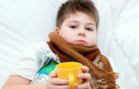 мальчик лежит закутанный в шарф