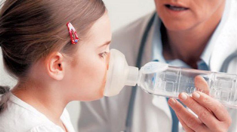 девочка дышит через медицинский прибор