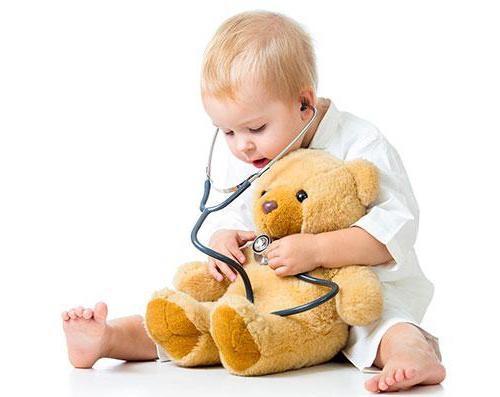 ребенок слушает медвежонка