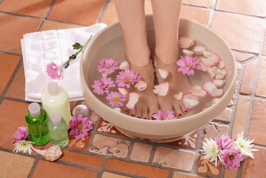 ванночка с лепестками цветов