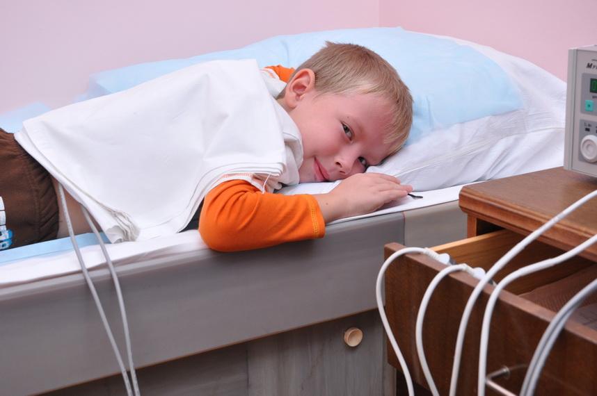 мальчику проводится медицинская процедура