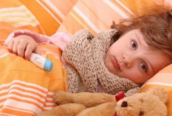 болеющий ребенок лежит в кровати
