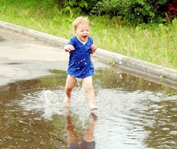 ребенок бежит по луже