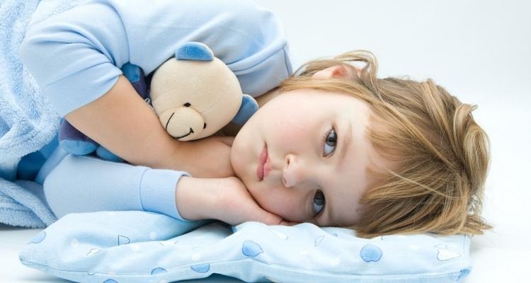 девочка лежит на синей подушке