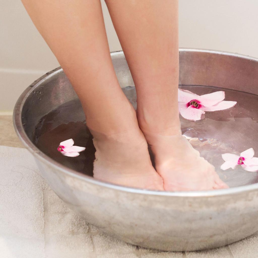 ноги в миске с водой
