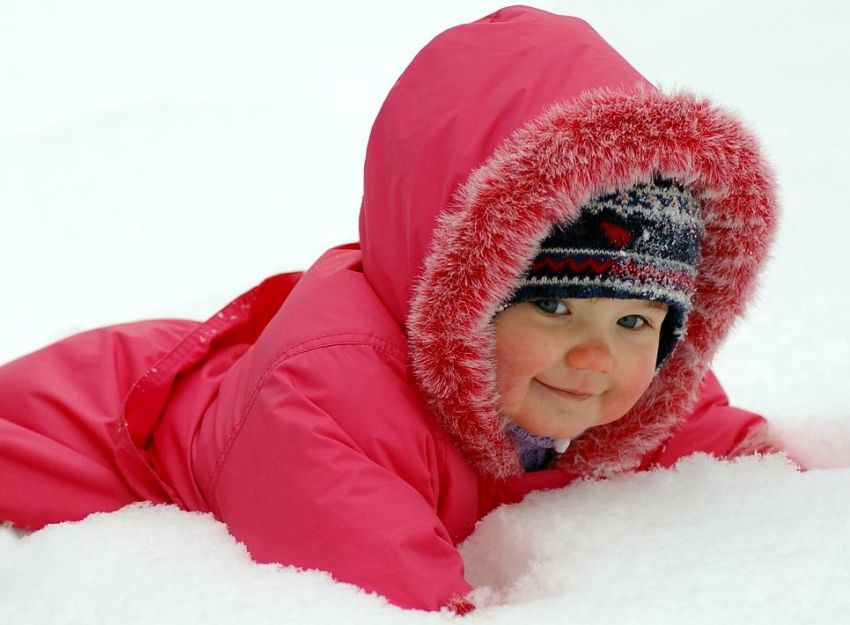ребенок лежит в снегу