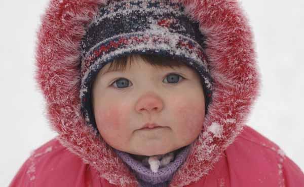 ребенок на улице с красным лицом