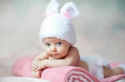 ребенок в шапке зайчика