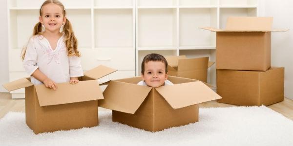 дети в картонных коробках